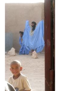 mona-176941-men-in-market-praying
